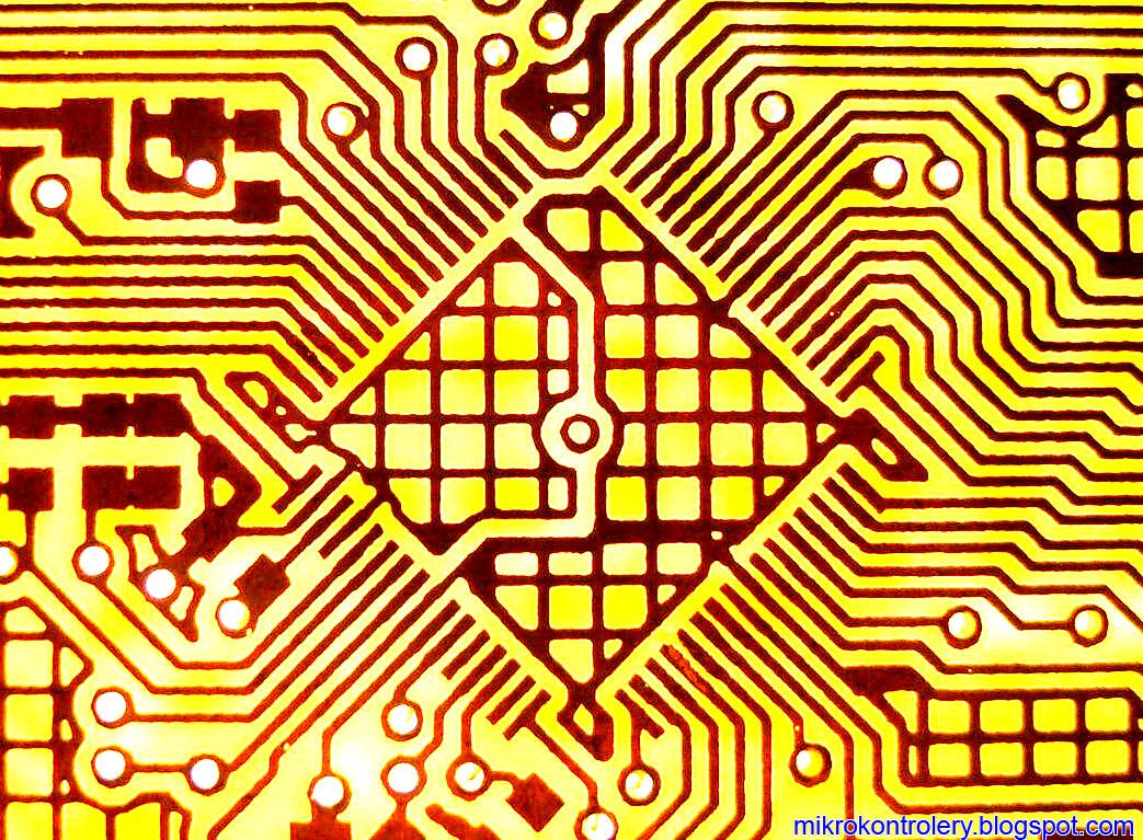 Płytka PCB po procesie trawienia - footprint mikrokontrolera po korekcji przebarwień.