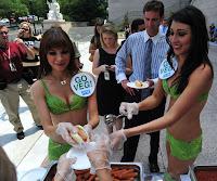 Mulheres com 'biquíni de alface' distribuem cachorro-quente vegetariano nos EUA