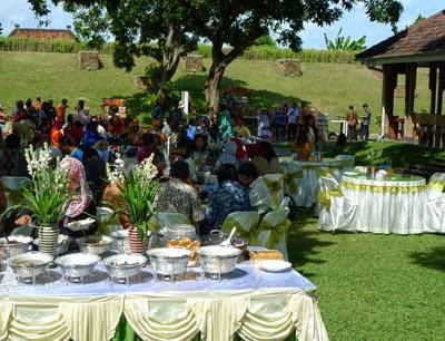 Pemkab Banyuwangi menyambut pemudik yang pulang kampung dengan sajian kuliner khas lokal seperti Rujak Soto, Pecel Rawon dan Nasi Tempong secara gratis.