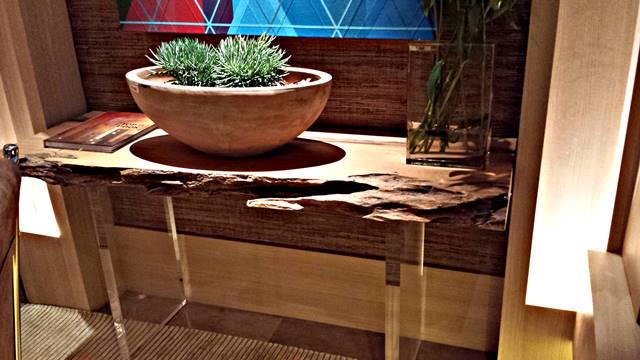 aparador de madeira com pés de acrílico