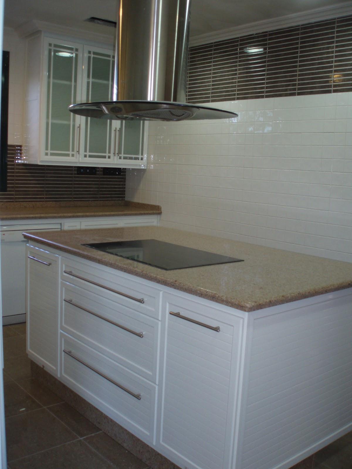 Panelesdealuminio cocina de aluminio blanca con panel raya 3 - Cocina aluminio ...