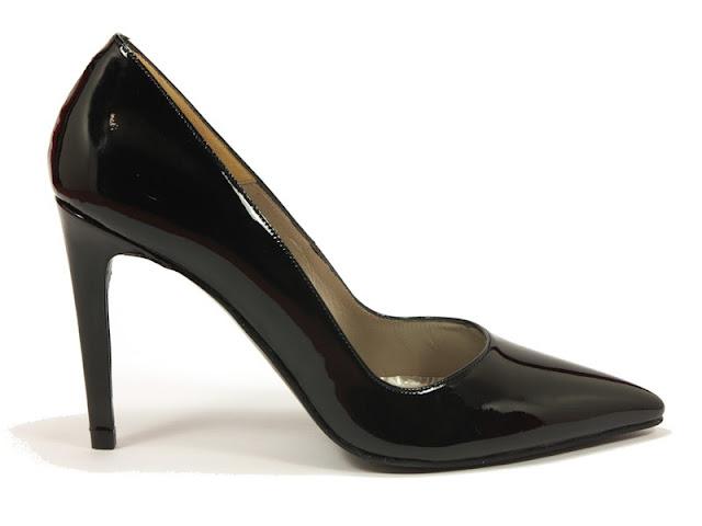 zapato de salón terminado en charol negro