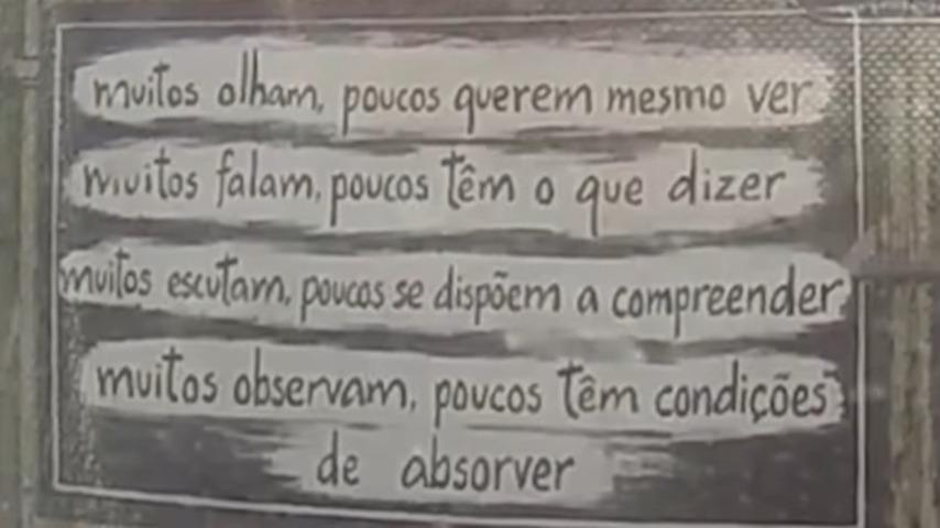 Dizeres escritos no portão da casa de Eduardo Marinho