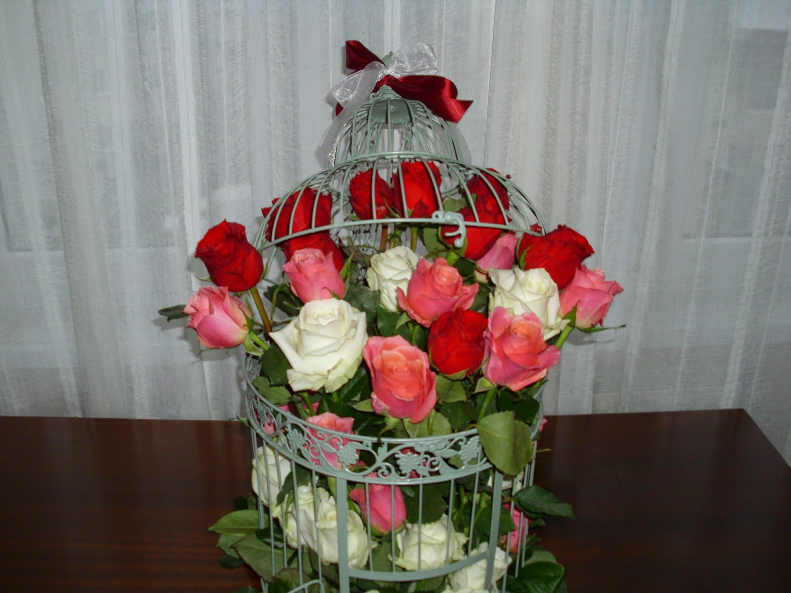 trandafiri albi,roz,rosii in colivie