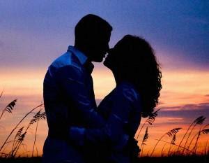 4 صفات تجعلك فتاة احلام اى رجل  - man and woman sunset - حب وغرام