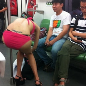 Thiếu nữ điềm nhiên lột quần áo thay đồ trên tàu điện