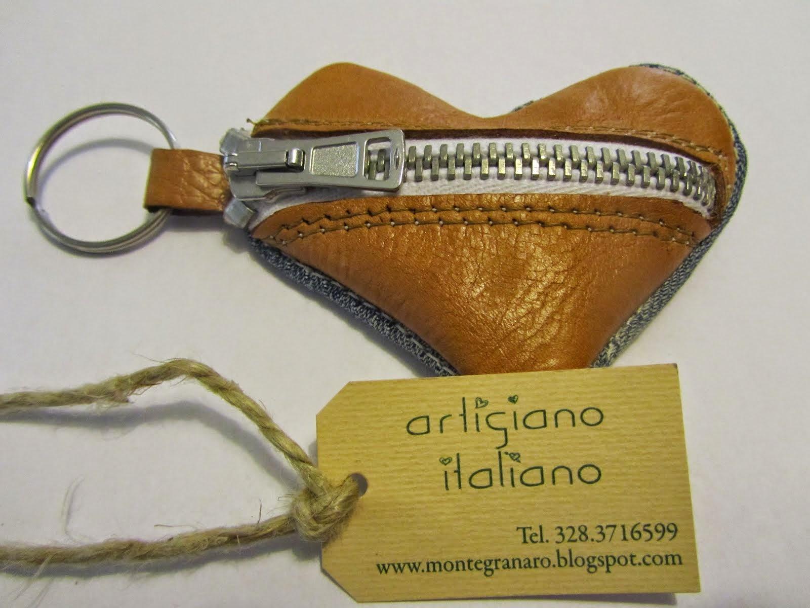 Artigiano che realizza e vende borsellini personalizzati