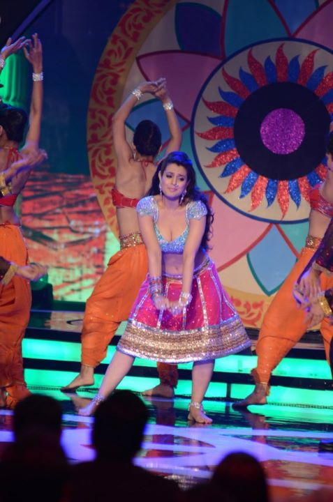 Amisha Patel hot dance - Amisha Patel Dance Performance Apsara Awards 2012 