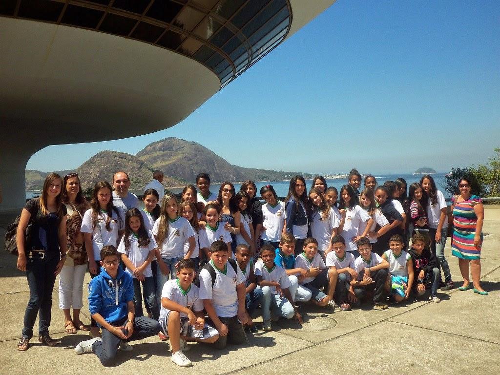 Os alunos da Escola Municipal Alcino Francisco da Silva conhecem o MAC, em Niterói
