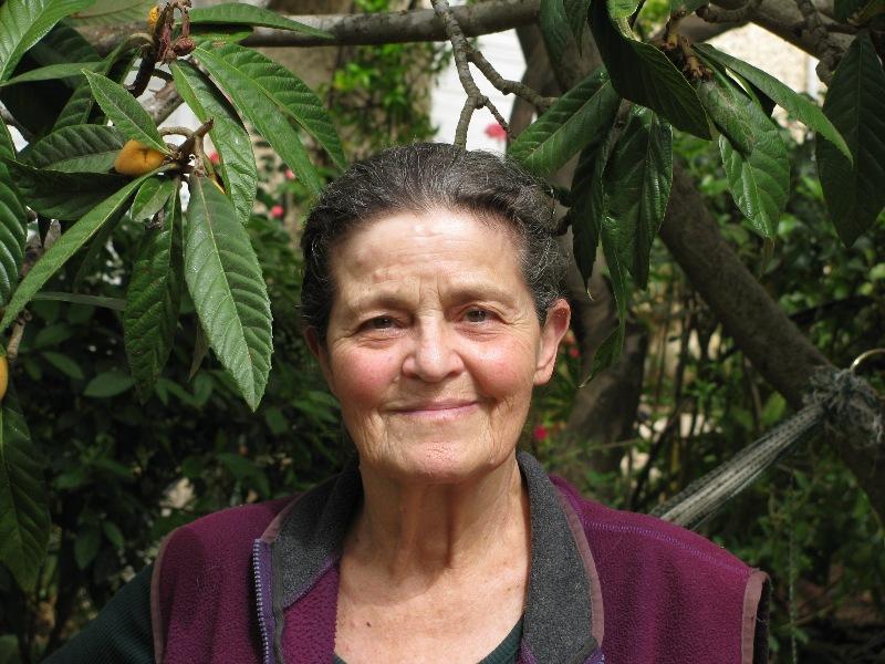 רותי בחצר ביתה בטבעון 2009