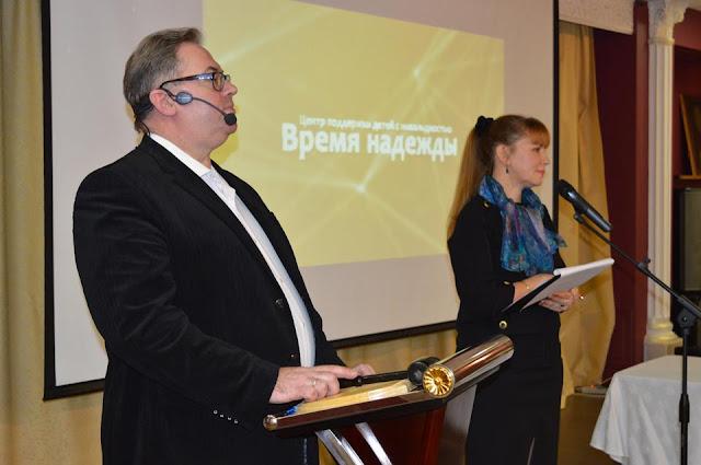Аукционист Альберт Макаревич и галерист Лариса Леже.