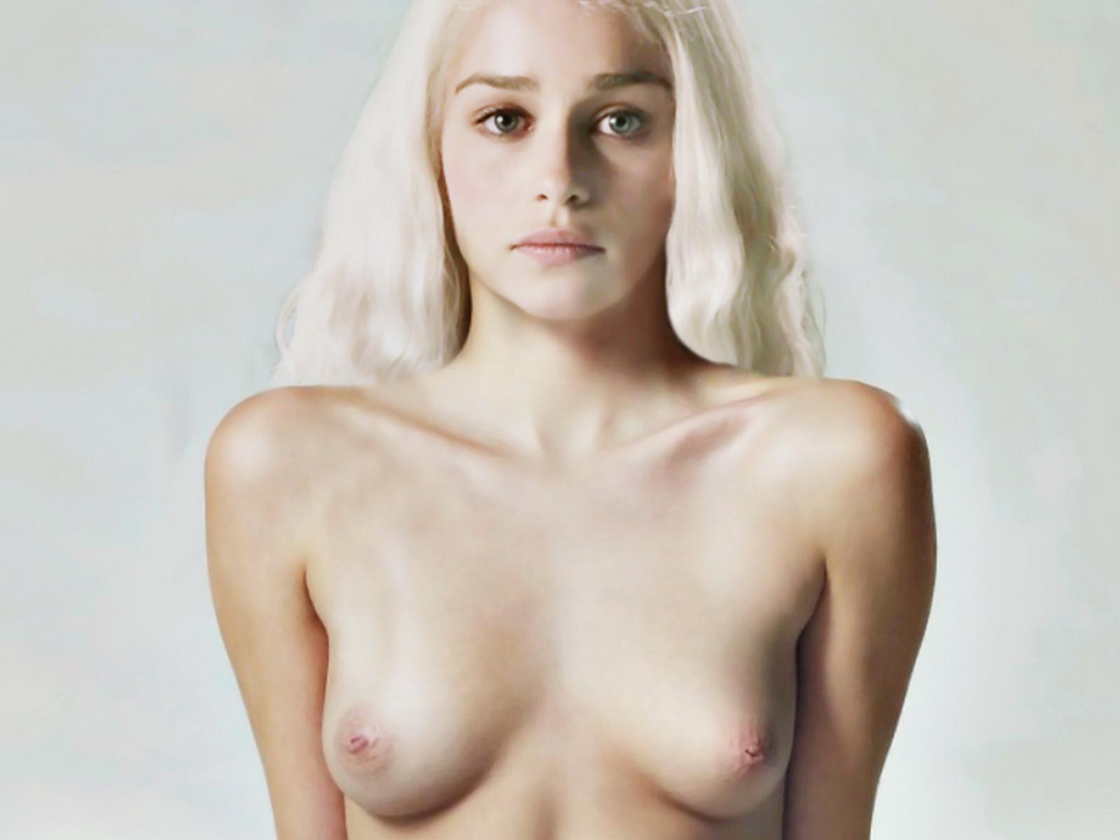 Emilia Clarke Topless fotoshoot verspreid benen