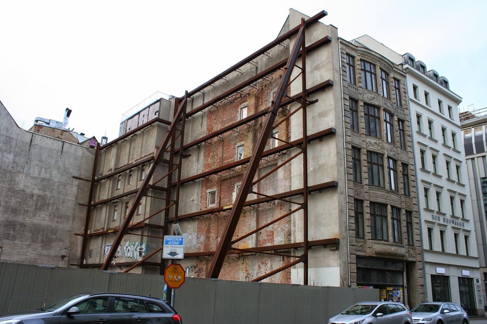 Hier das von aussen reich verzierte, abgestützte und denkmalgeschützte Gebäude der Pelzhändler Gebrüder Assuschkewitz am Brühl