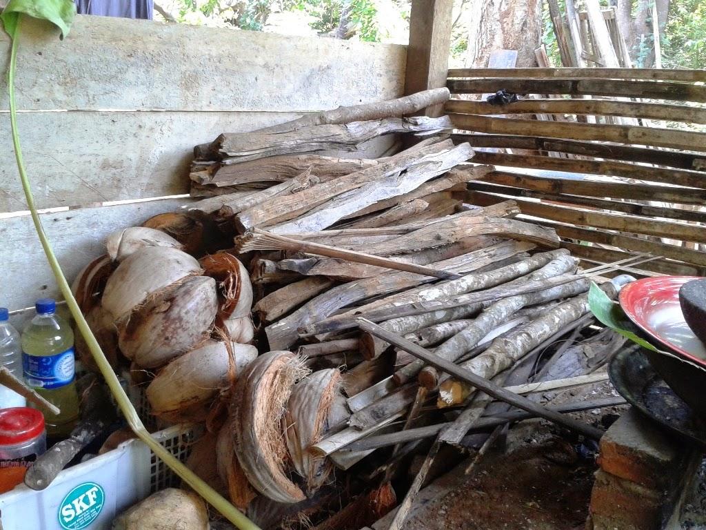 Tumpukan kayu bakar disamping tungku