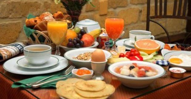 Tips Sehat Menyantap Makanan Buka Puasa