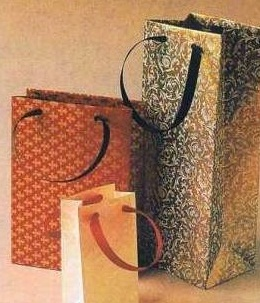 Gambar tas kado mozaik dari kertas-kertas bekas