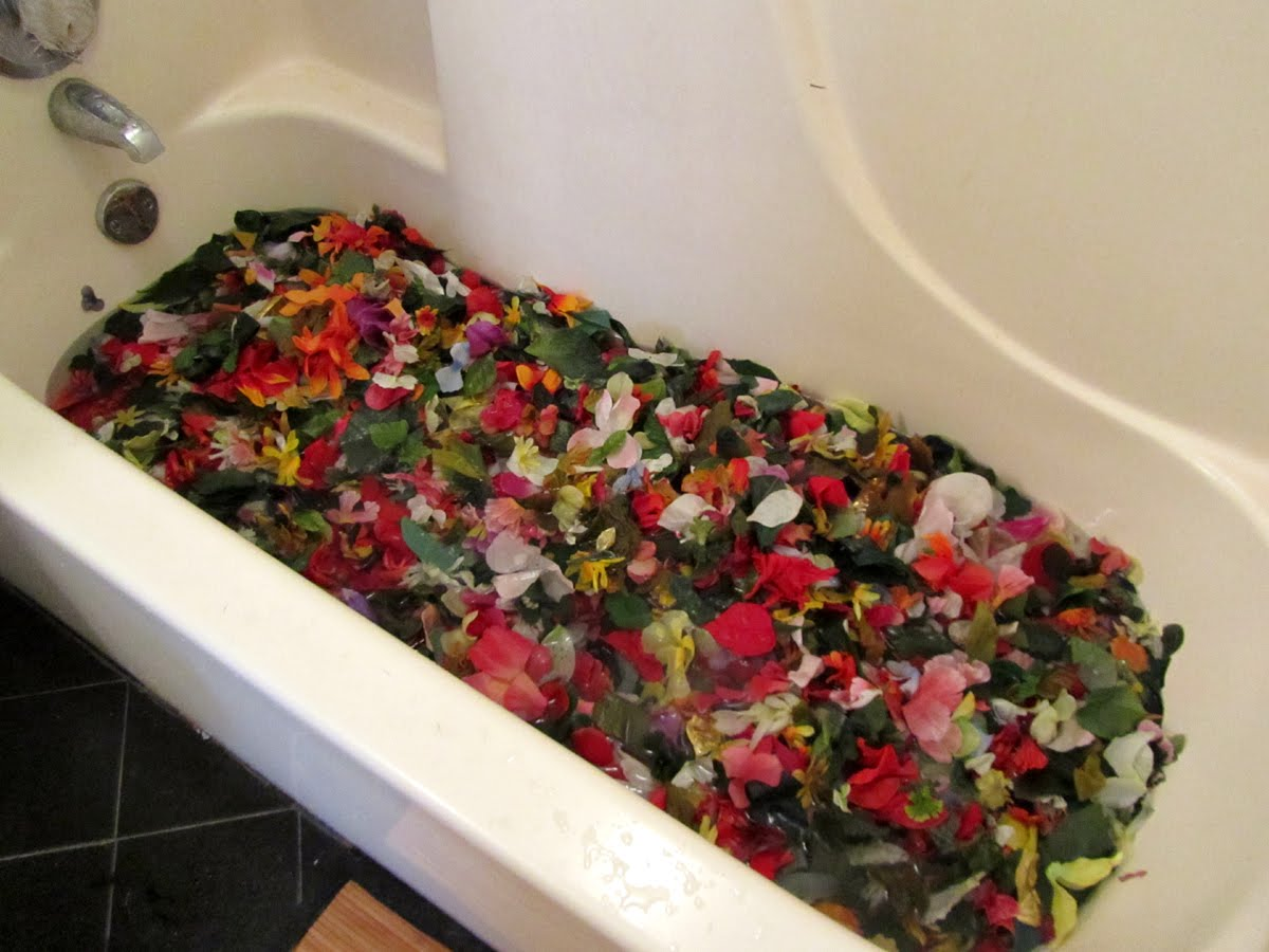 Contemporary Flower Tub Embellishment - Bathtubs For Small Bathrooms ...