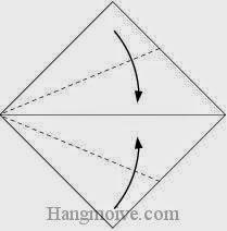 Bước 12: Gấp chéo hai cạnh tờ giấy vào trong.