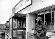 En Mayo de 1982 soldados Argentinos toman posicion en Puerto Howard. rtr lm