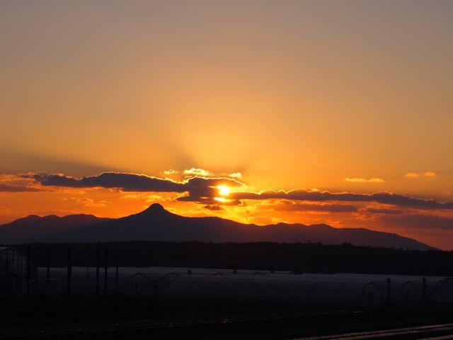 南薩日乗: 朝日の直刺す国、夕日...