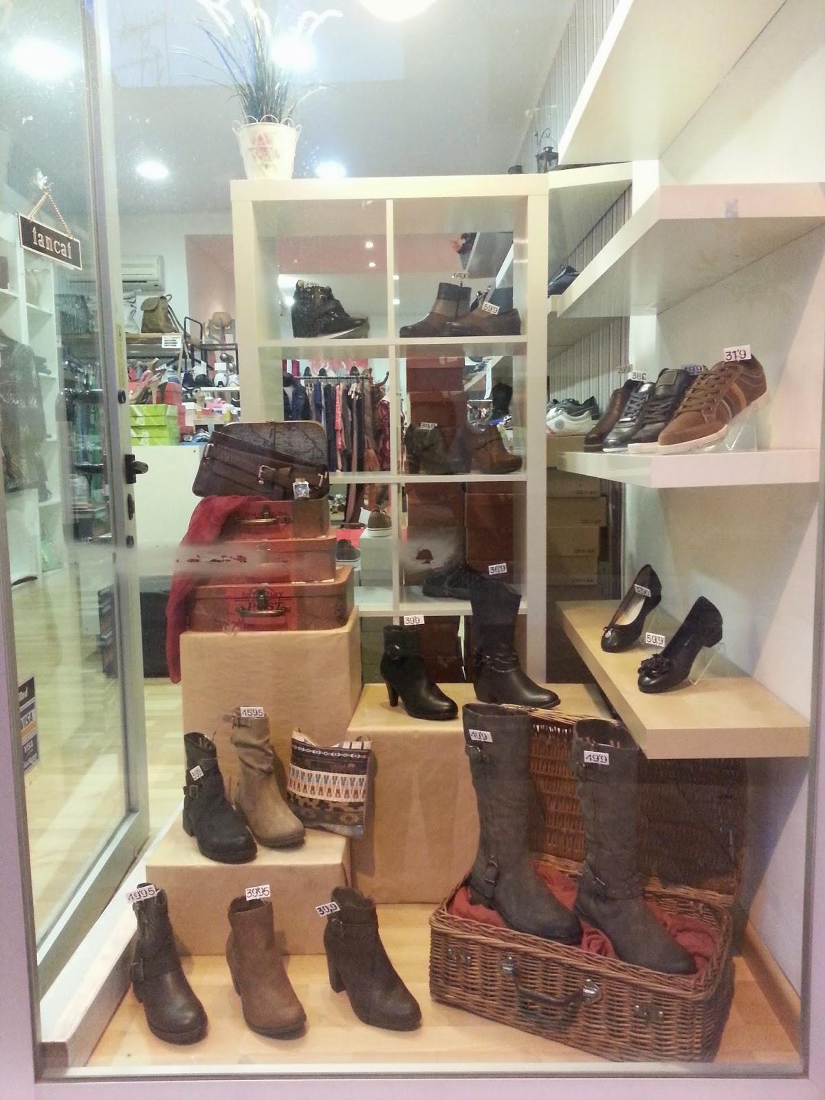 Vista general del escaparate de zapatos y complementos, pas a pas, maletas diy, escaparatismo