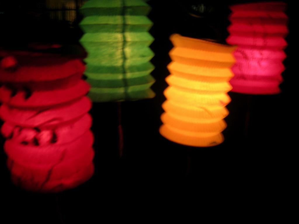 http://3.bp.blogspot.com/-xhGFEsoa5bw/Tm3r2OdGefI/AAAAAAAACOM/KG_--rtfxjs/s1600/Mid_Autumn_Lanterns_by_emberInc.jpg