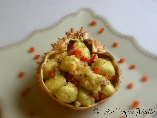 gnocchi di patate con la granseola e peperoni rossi