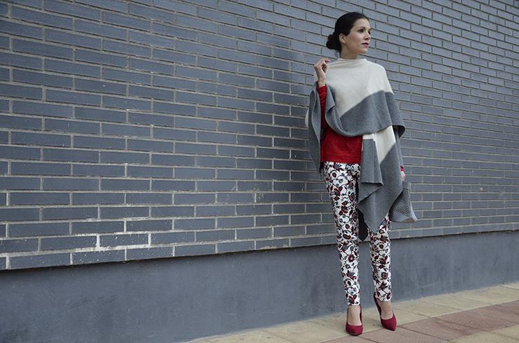 look-outfit-blogger-blogg-rojo-poncho-pantalón-estampado