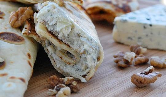 Naleśniki z serem pleśniowym i orzechami