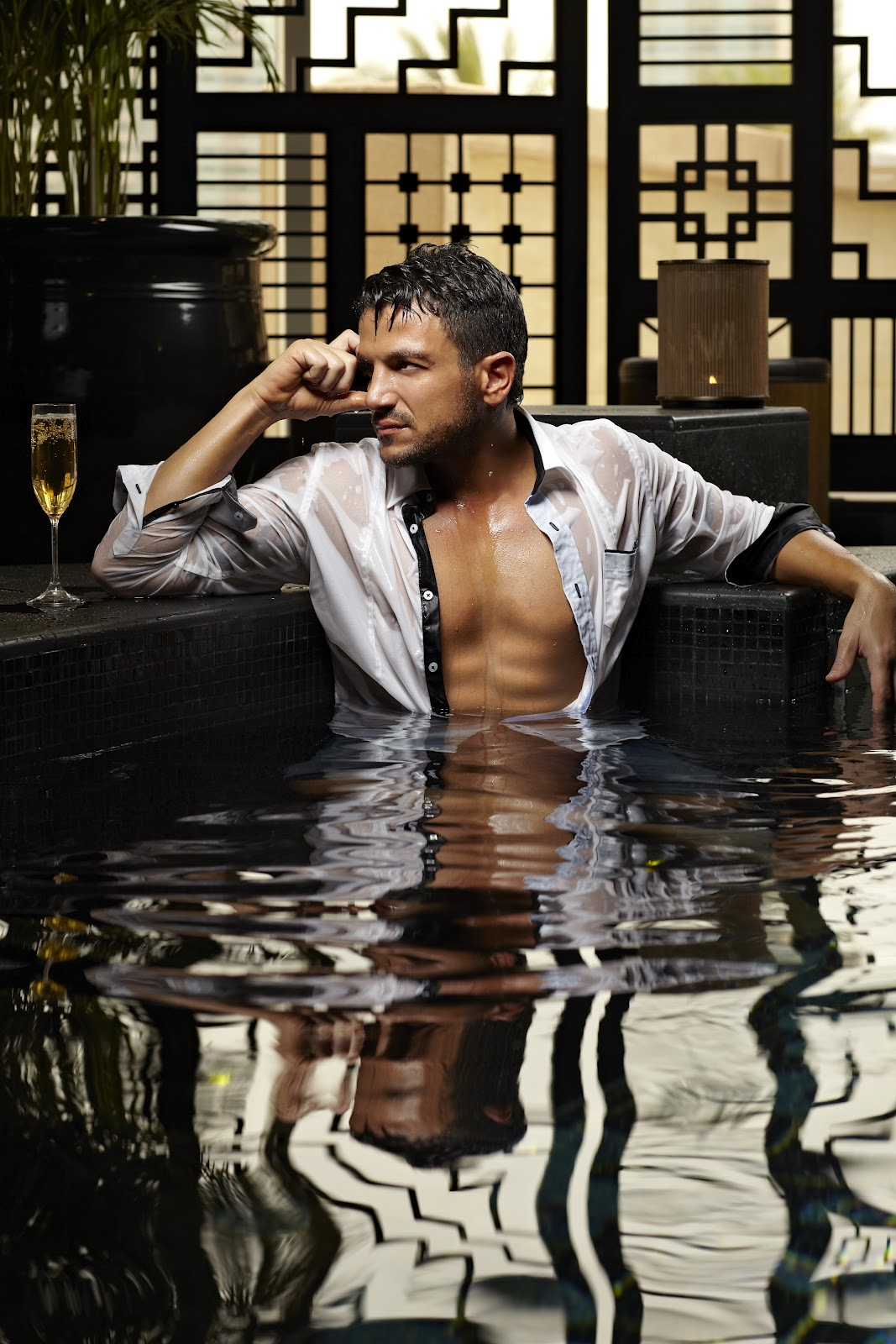 http://3.bp.blogspot.com/-xiFrIVj0HXc/T_VxozwbDtI/AAAAAAAAJwU/3Y3xJnFEYNY/s1600/Peter+Andre+launches+clothing+line+chest+shirt+pool+topless.JPG