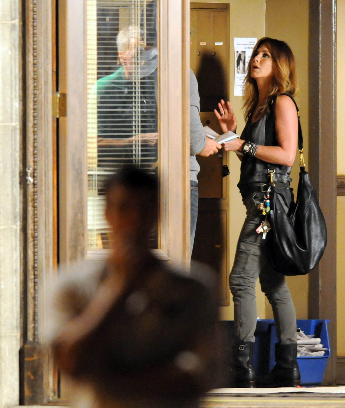 http://3.bp.blogspot.com/-xj4QyXwZV0c/UCgJOh-k3EI/AAAAAAAAXYA/lLsxn5tA4Dg/s1600/Jennifer+Aniston+in+Tight+Jeans+-+On+the+set+of+We\'re+the+Millers+in+Wilmington+August+7,++2012+02.jpg