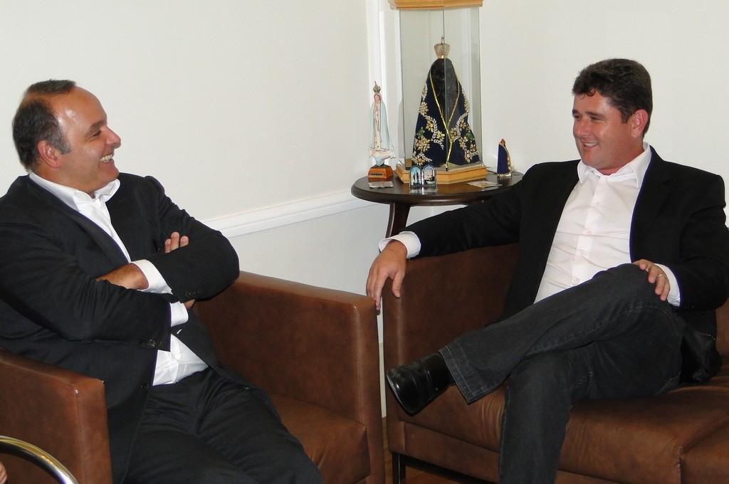 Prefeito Arlei com o Secretário Estadual de Governo, Wilson Carlos: parceria pela realização de mais obras em Teresópolis
