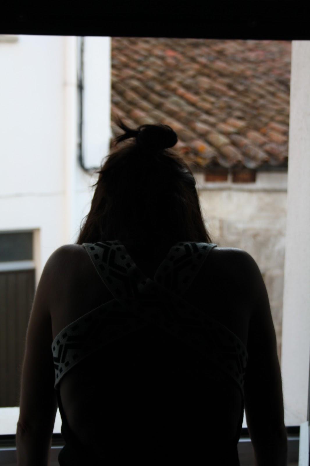 Foto mujer ventana y hombros