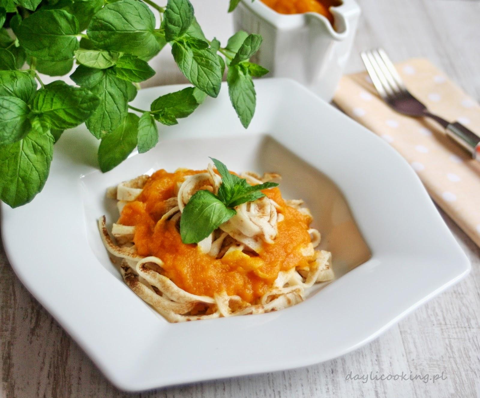 Naleśnikowe spaghetti z sosem marchewkowo - imbirowym