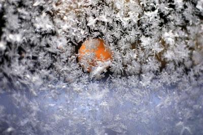jäätä leikkimökin ikkunassa