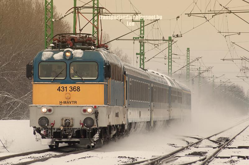 """Új,1000-es szériájú V43-as """"Szili"""" becenevű mozdony,hófelhőbe burkolódzva vontatja személyvonatát a Budapest–Újszász–Szolnok-vasútvonalon  431 368"""