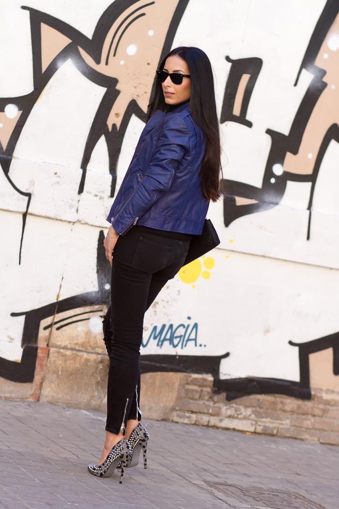 Outfit propuesto por la blogger de moda de Valencia con chaqueta de cuero azul nueva temporada muubaa
