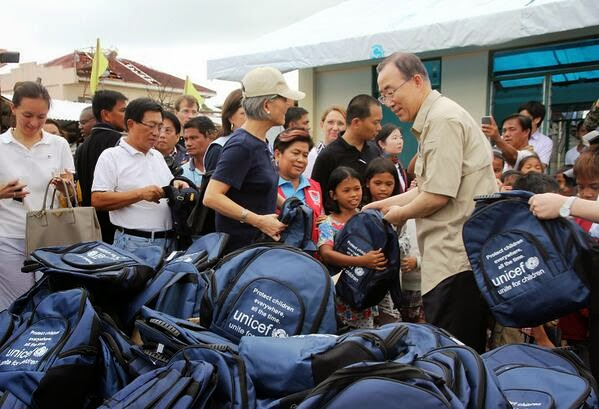 Ban Ki-moon distributes UNICEF bags to Tacloban children