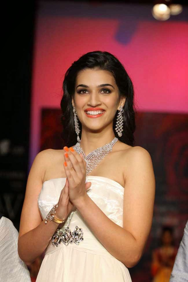 Kriti Sanon at India International Jewellery Week 2014