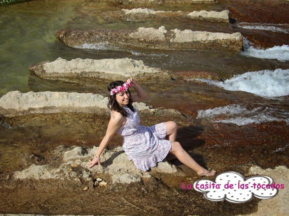 tiara de flores en color rosa a juego con vestido corto estampado