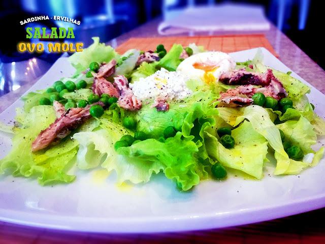 Salada com sardinha, ricota e ovo com gema mole