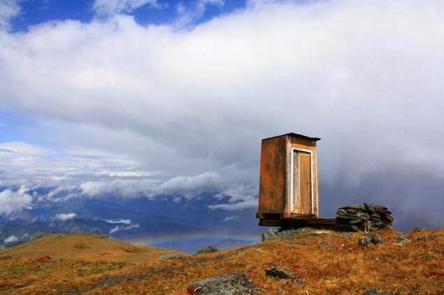TANDAS paling ekstrem di Pergunungan Altai terletak di tebing setinggi 2,600 meter dari paras laut.