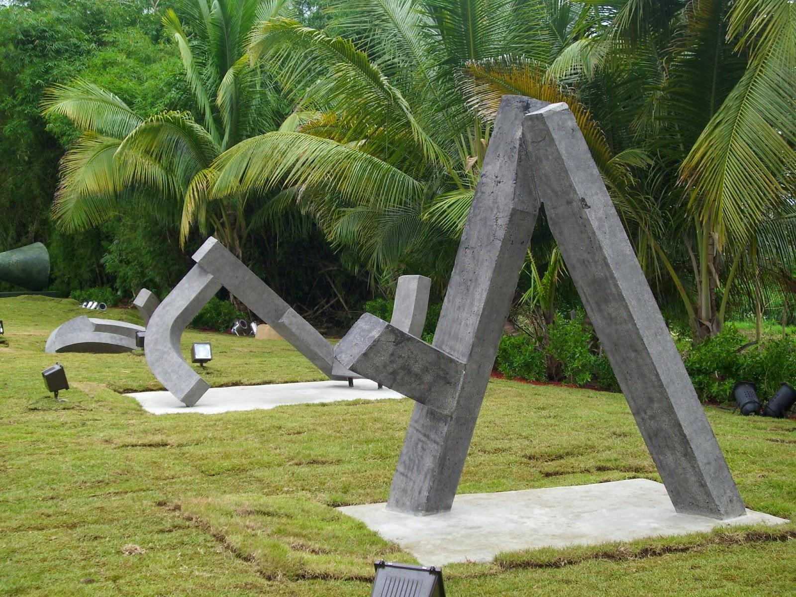 """Pieza """"ODA"""" , escultura en cemento del artista Melquiades Rosario Sastre"""