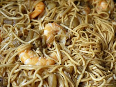 Nouilles sautées aux légumes et aux crevettes ou au poulet (voir la recette)