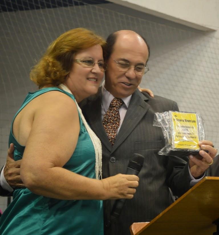 Professora Jarlita Marques entrega ao pastor Zilmar Leite placa de homenagem do Seminário Teológico Serrano