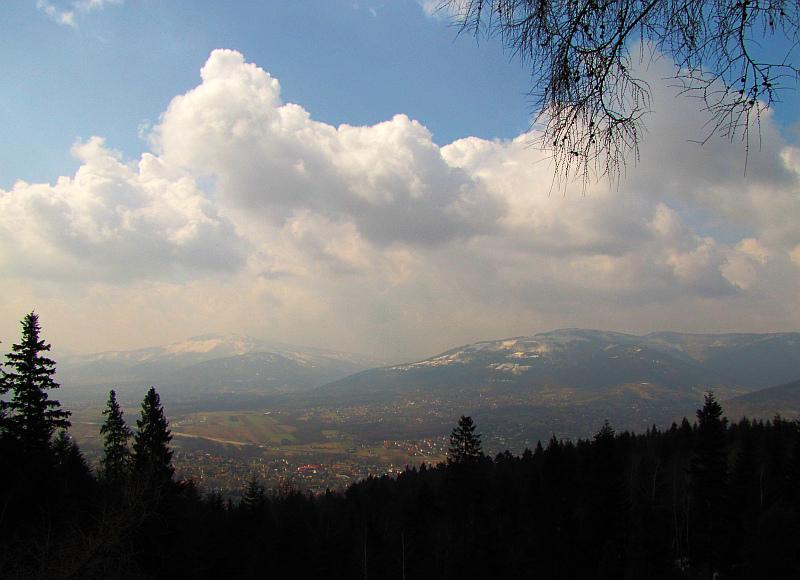 Dolina Białej i Beskid Śląski z potężnym masywem Skrzycznego (z lewej) oraz Klimczoka (z prawej).