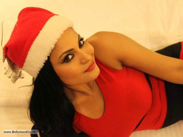 veena+malik+christmas+2012+(12)
