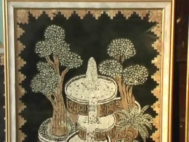 Karya seni ini seluruhnya dibuat dari serpihan kulit telur. Berupa ...