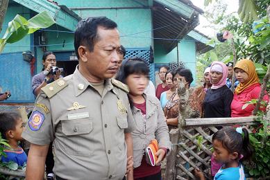 Begitu Kira Kira Nasib Yang Kini Menimpa Yana  Warga Dusun Kedungmundu Rt  Desa Kutakarya Kecamatan Kutawaluya Ia Dikhianati Teman Karibnya