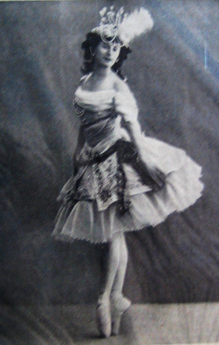 anna pavlova Nasceu em são petersburgo e foi, sem dúvida, a bailarina responsável por despertar no mundo o gosto pelo bailado foi uma das mais famosas bailarinas que o mundo.